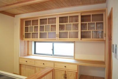 食器棚の扉に!人気デザインガラス3種類を使用した事例