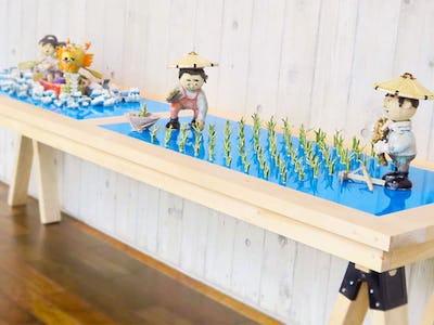 カラーガラスで水を表現!作品の展示台に「塗装カラーガラス「彩」を使用した事例(新潟県十日町市 A社様)