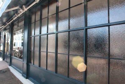 店舗の窓にデザインガラスの「サハラ」を使用した事例 (静岡県静岡市 S社様)