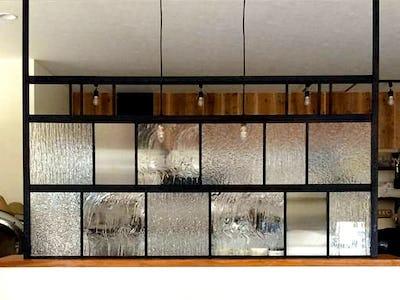 お洒落なパーテーションに!デザインガラス4種類を使用した事例