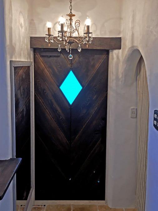 玄関ドアの小窓に使用した「キャセドラルMIN (ブルー)」-室内から