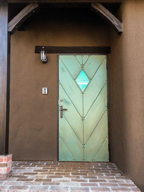 玄関ドアの小窓に使用した「キャセドラルMIN (ブルー)」-屋外から