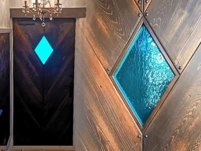 玄関ドアの小窓に!「キャセドラルMIN (ブルー)」を使用した事例