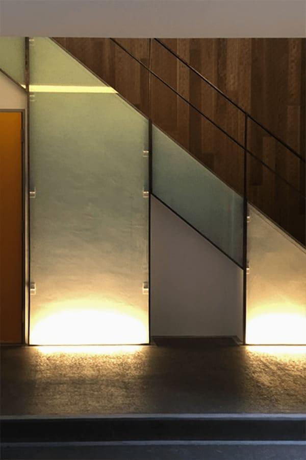 階段の壁面装飾に使用されたカラー合わせガラスとクラックガラス