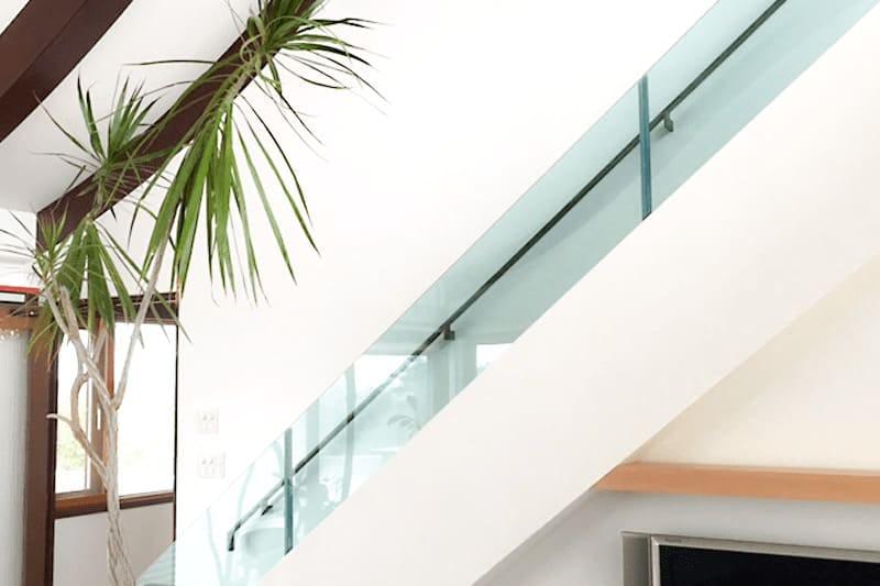 階段手すりに使用した「カラー合わせガラス グリーン」