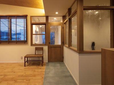 カフェ風のリビングに!新築住宅の間仕切りと建具に「アルトドイッチェK」を使用した事例 (STUDIO KAZE様)
