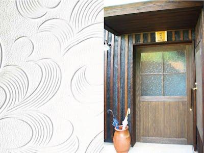 古民家風の旅館にぴったり!ドア窓に昭和型板ガラス「らんまん」を使用した事例 (一級建築士事務所 天草のすまいとまちなみ研究室様)