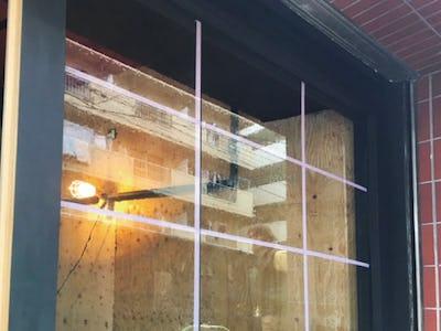 レトロモダンなハンバーガショップのファサード窓ガラスに「昭和レトロ風ガラス」を使用した事例 (Y様)