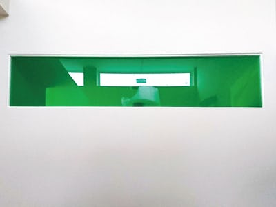 住宅の空間に彩りを!壁に「カラー合わせガラス」を使用した事例