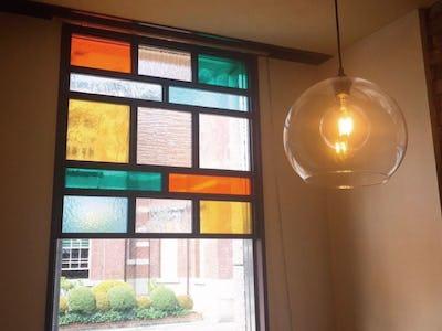 カラフルな装飾窓に!デザインガラス6種を使用して店舗の窓ガラスを製作した事例(岩手県O様)