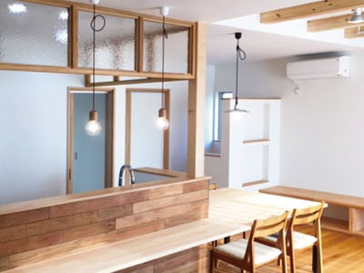 木材と相性抜群!キッチンの下がり壁に「サハラ」を使用した事例(石川県W様)