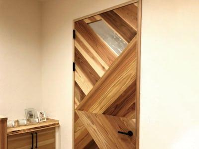 木材と組み合わせて優しい雰囲気に!ドア窓に「アルトドイッチェK」を使用した事例(奈良県S様)