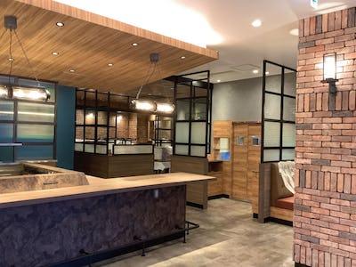 昭和型板ガラスをカフェに使用!パーテーションとパン棚に「バンブー」を使用した事例(茨城県M様)
