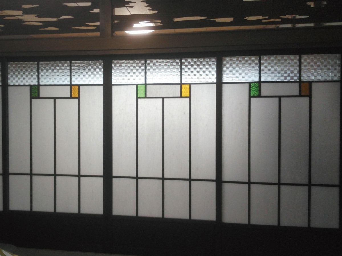 ガラス障子に「FLW-002 フローラガラス(グリーン)」と「FLW-004 フローラガラス(アンバー)」を使用したお写真