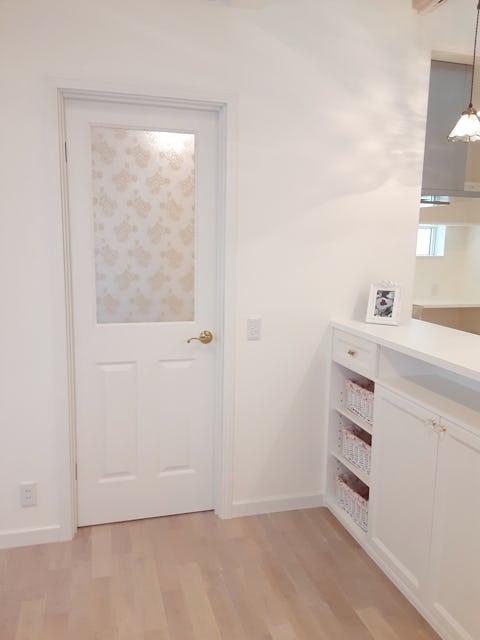 白で統一した室内ドアの窓に「レースガラス」を使用した事例 (山口県 K様)