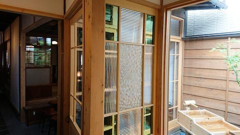 団子茶屋の引き戸と窓にデザインガラスを 3種類使用した事例