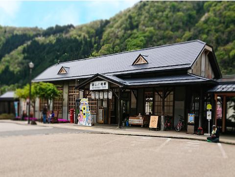 駅舎の窓に「昭和レトロ風ガラス」を使用した事例