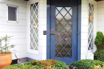 玄関扉と窓に「SAG-003 エストラド」を設置した事例