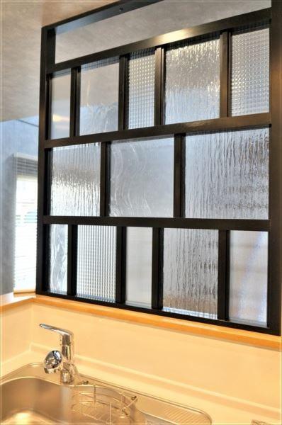 キッチンをおしゃれに目隠し!パーテーションに人気デザインガラス4種類を使用した事例 (岩手県盛岡市 O様)