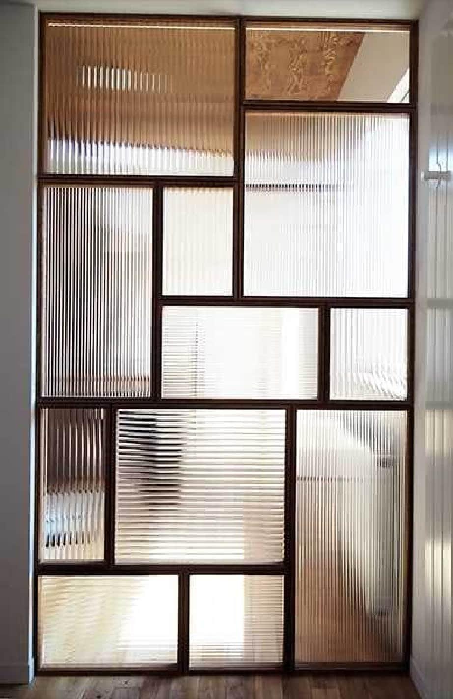 「モールガラス(12ミリ幅)」を店舗の間仕切りに使用した事例
