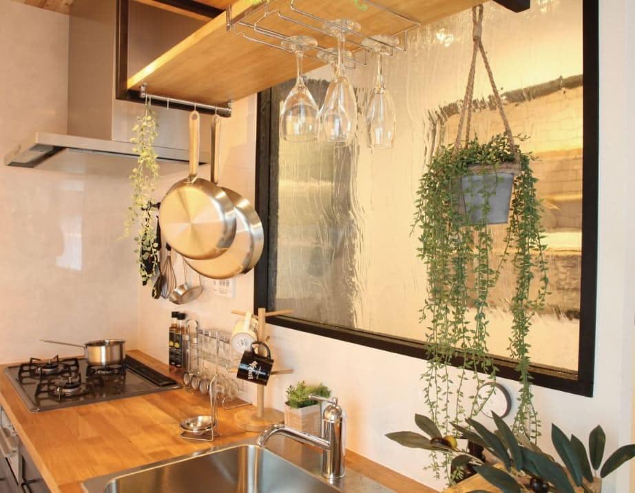 「アルトドイッチェK」を造作キッチンの仕切りに使用した事例