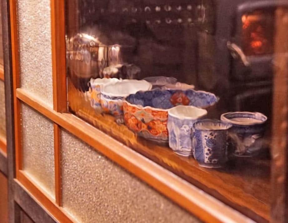 引き戸と食器棚のガラスに使用した「SRG-002 昭和レトロ風ガラス」 -5