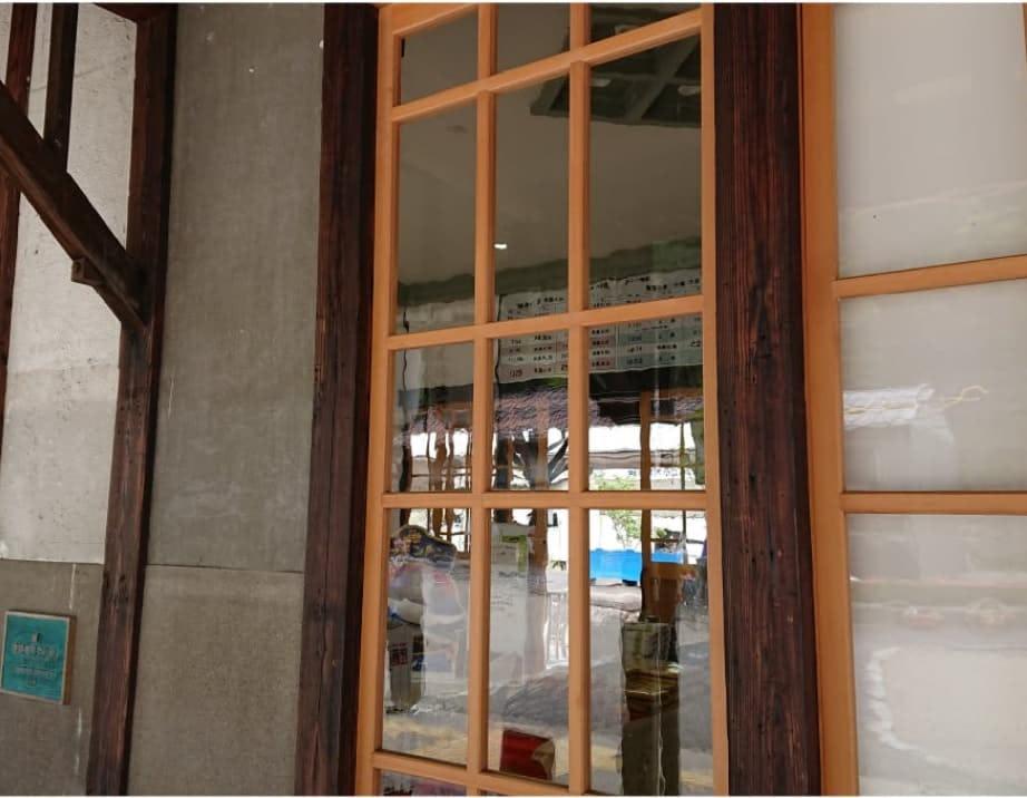 「昭和レトロ風ガラス」を駅舎の窓に使用した事例