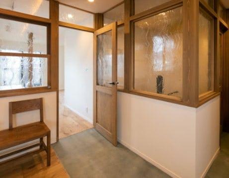 木製の窓枠とサンゴバンガラス