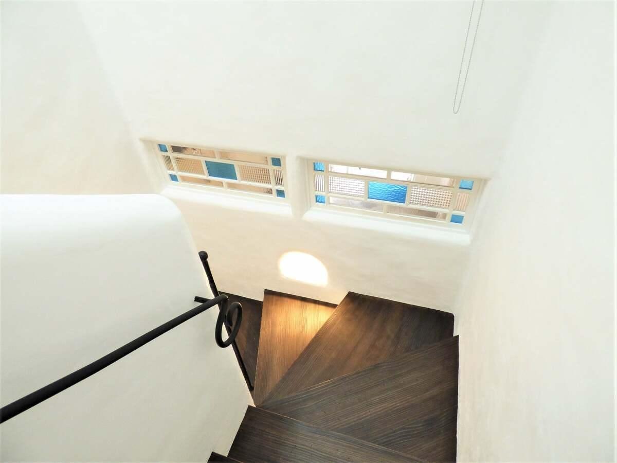 階段の壁に室内窓を入れた事例