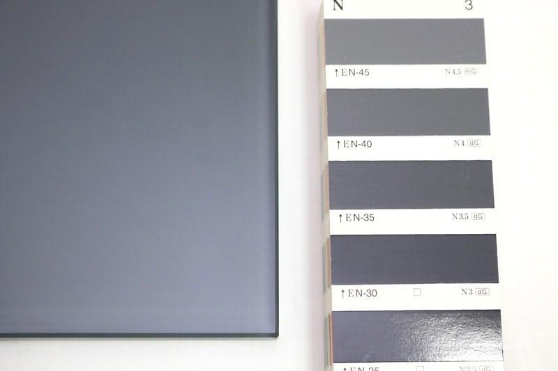 色見本帳と実際に作ったオリジナルガラスの比較