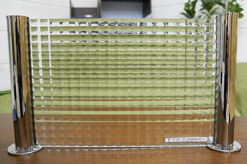 「ガラス間仕切りポール」を使って作られた「チェッカーガラスリストラルM」の間仕切り