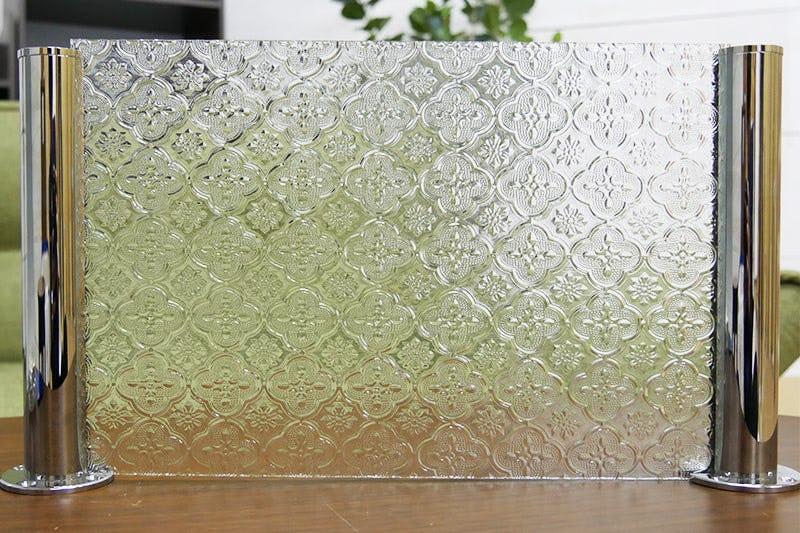 「ガラス間仕切りポール」を使って作られた「フローラガラス(クリア)」の間仕切り