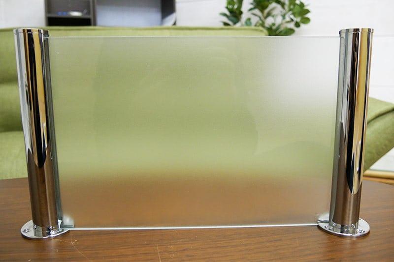 「ガラス間仕切りポール」を使って作られた「フロストガラス」の間仕切り