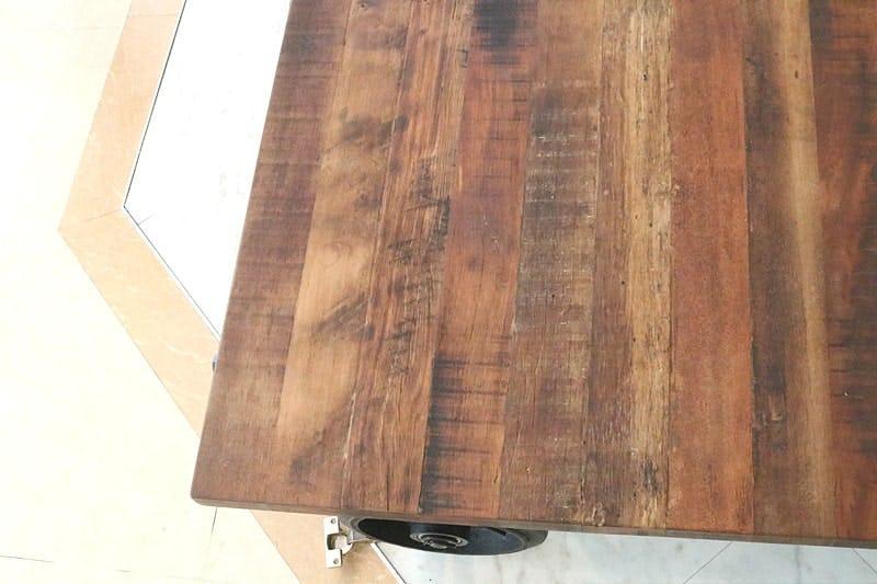 何も置いていない状態のクラフトテーブル(作業台) (1)