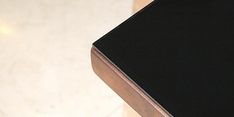 塗装カラーガラス「彩」(漆黒)を乗せたクラフトテーブル(作業台)