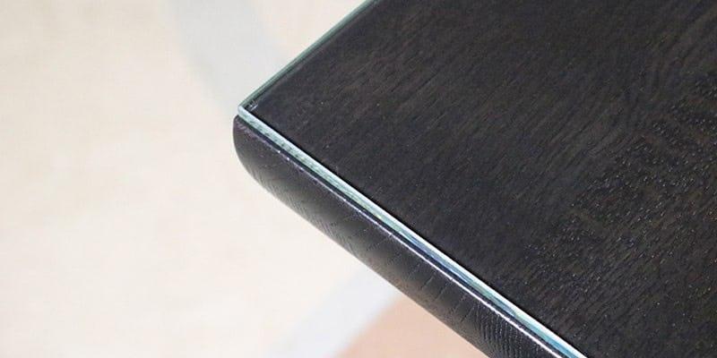 高透過ガラスを乗せた黒い木目テーブル