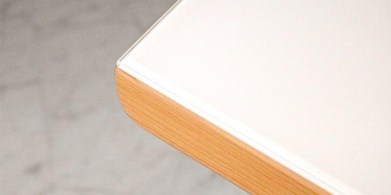 塗装カラーガラス「彩」(純白)を乗せたメープル柄テーブル
