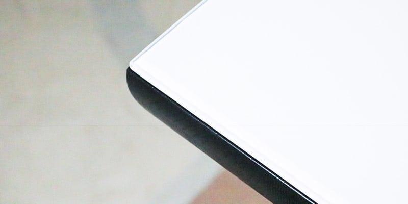 塗装カラーガラス「彩」(純白)を乗せた黒い木目テーブル