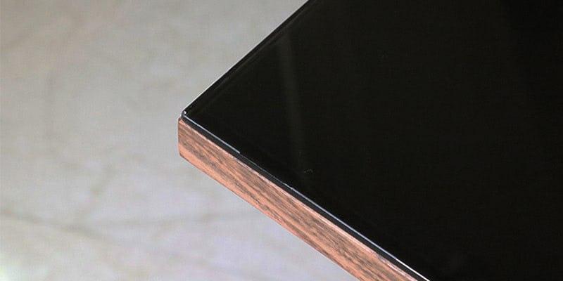 塗装カラーガラス「彩」(漆黒)を乗せたウォルナット柄テーブル