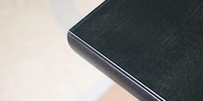 色ガラス(グリーン)を乗せた黒い木目テーブル