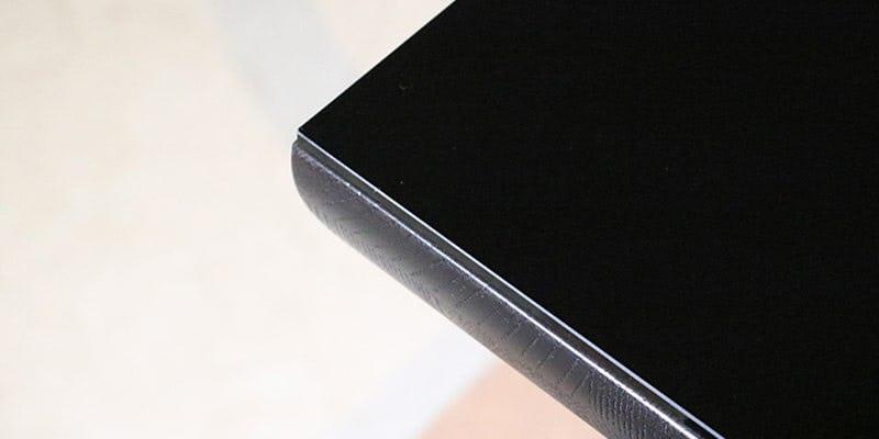 色ガラス(ブラック)を乗せた黒い木目テーブル