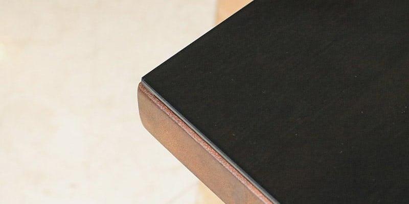 色ガラス(ブラック)を乗せたクラフトテーブル(作業台)