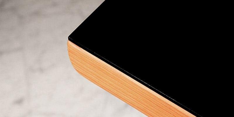 塗装カラーガラス「彩」(漆黒)を乗せたメープル柄テーブル