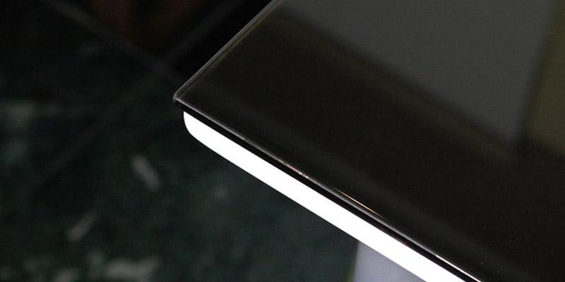 塗装カラーガラス「彩」(漆黒)を乗せた白無地のテーブル