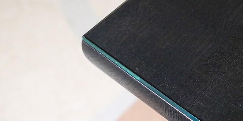 ガラス色アクリルを乗せた黒い木目テーブル