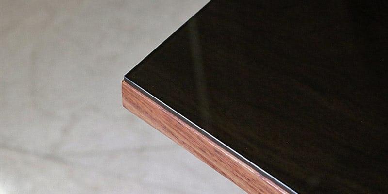 色ガラス(ブラック)を乗せたウォルナット柄テーブル