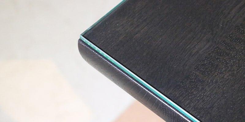 フロートガラス(または強化ガラス)を乗せた黒い木目テーブル