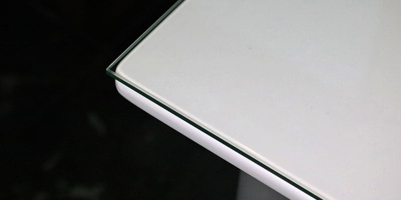 フロートガラス(または強化ガラス)を乗せた白無地のテーブル