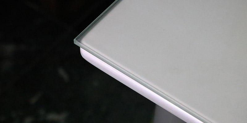 セラミックプリントガラス(ミストホワイト)を乗せた白無地のテーブル