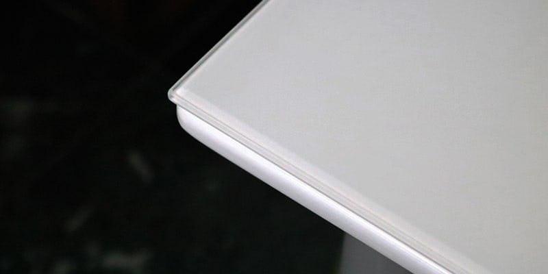 塗装カラーガラス「彩」(純白)を乗せた白無地のテーブル
